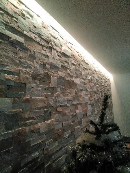 r alisation d 39 un mur d coratif en parement en pierre avec clairage indirect par l 39 entreprise. Black Bedroom Furniture Sets. Home Design Ideas